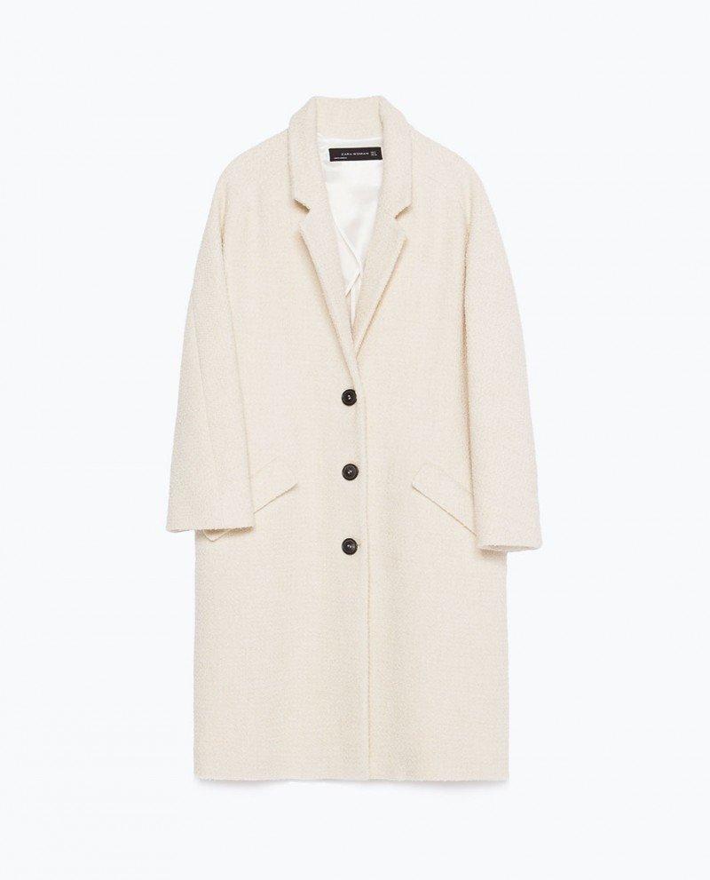 Пальто и белые кроссовки.