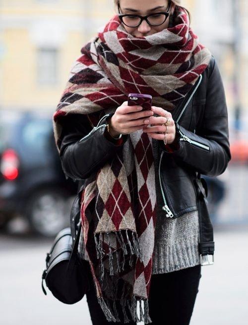 В тренде то, что определенно принесет вам чувство теплоты и комфорта — шарф-плед!