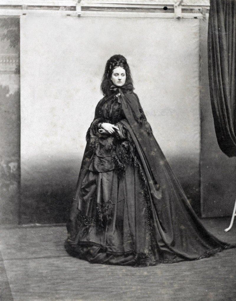 Первая фотомодель и её наряды