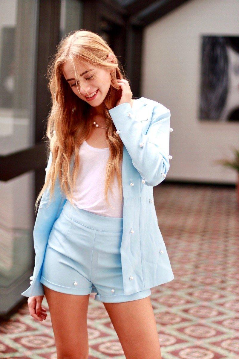Голубкой цвет в одежде : его психология , с чем сочетать и кому идёт !?