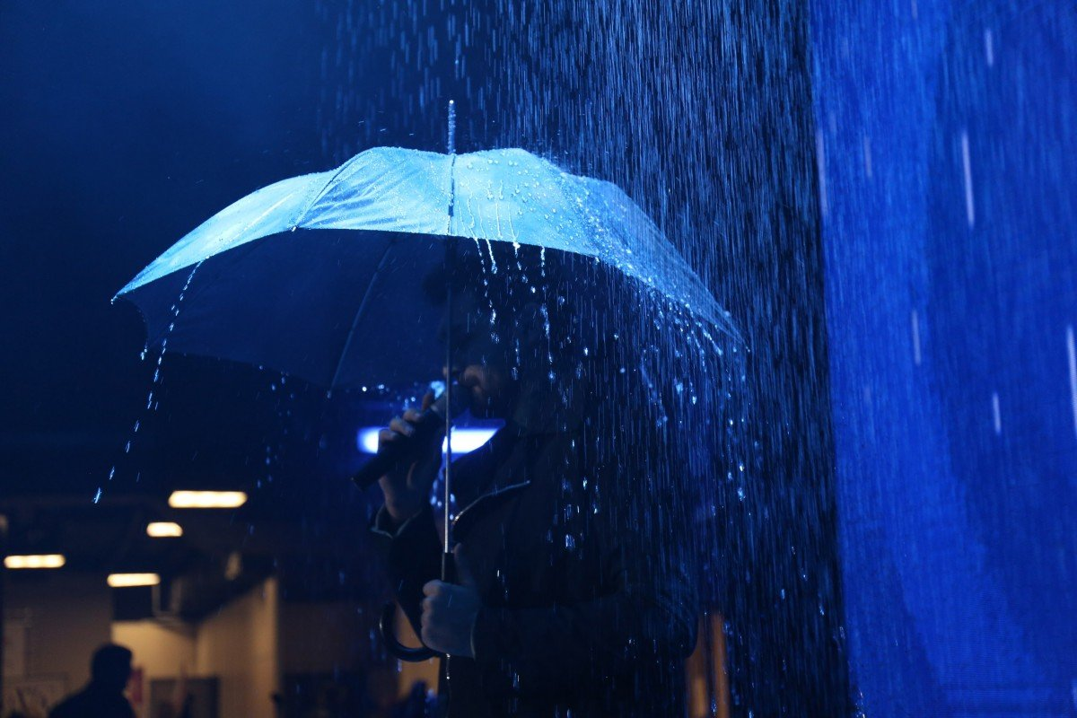 Стена дождя обрушилась на сцену Vegas City Hall во время концерта группы ViVA